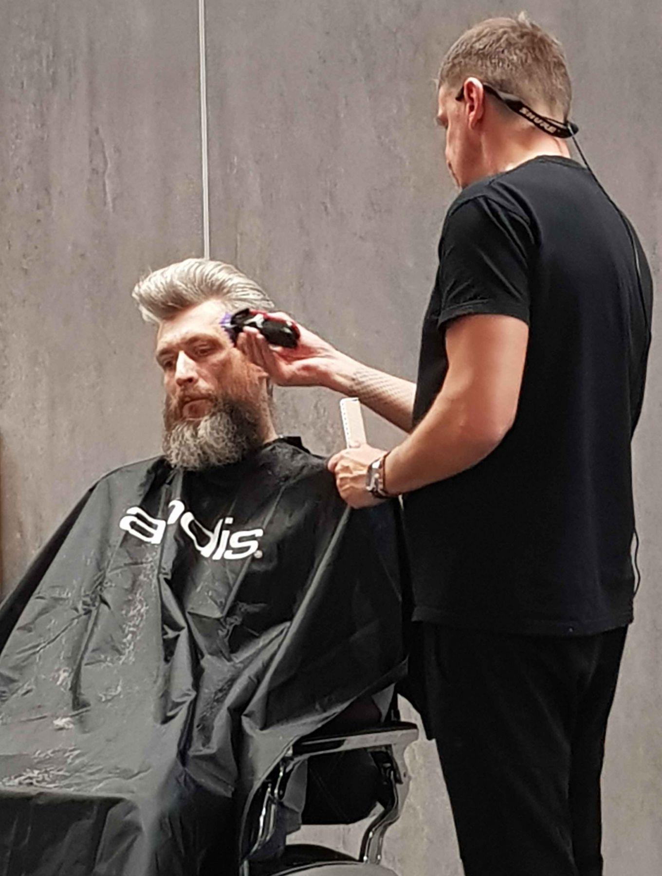 Kamil Cesarski - najnowsze trendy w pielęgnacji włosów u mężczyzn